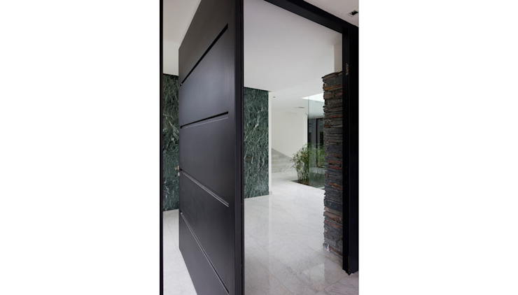 Modern windows & doors by Remy Arquitectos Modern