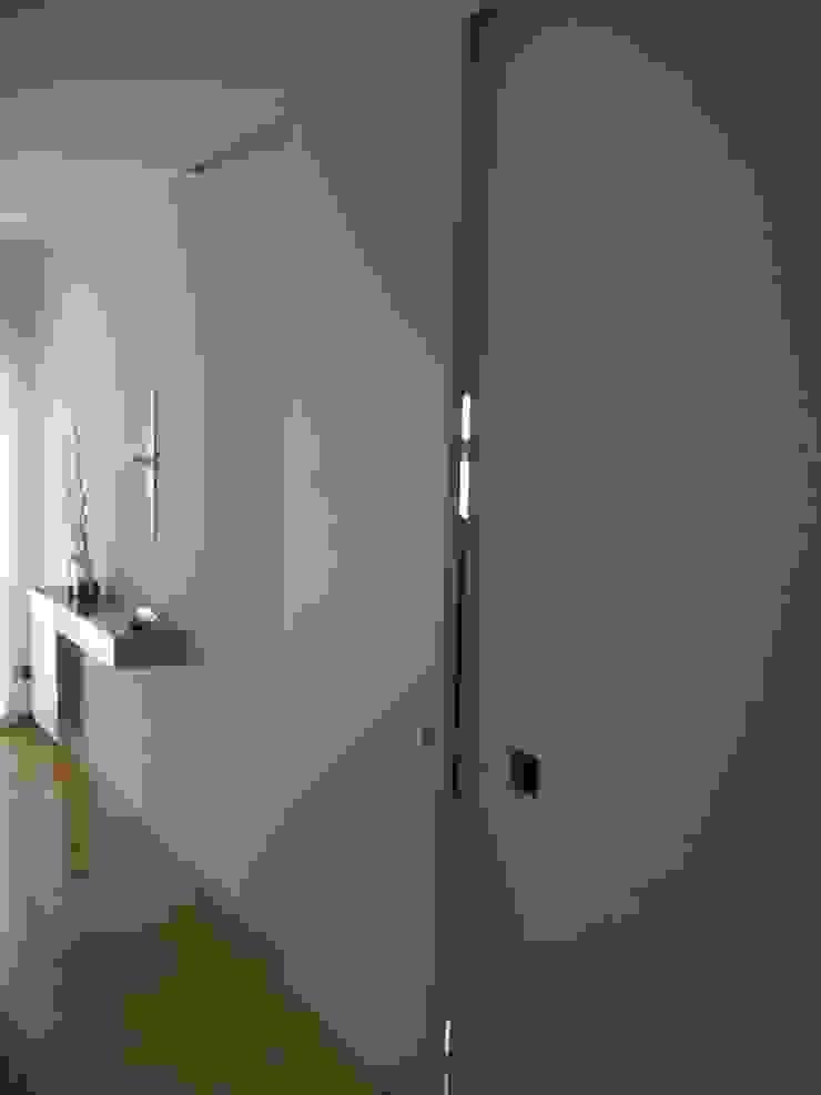 現代風玄關、走廊與階梯 根據 Space Invaders _ Arquitectura e Design 現代風