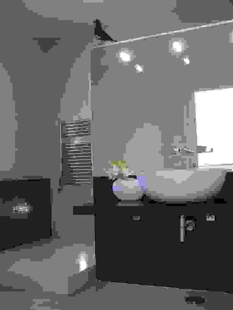 現代浴室設計點子、靈感&圖片 根據 Space Invaders _ Arquitectura e Design 現代風