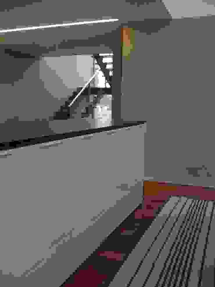 Moradia A+LO Salas de jantar modernas por Space Invaders _ Arquitectura e Design Moderno