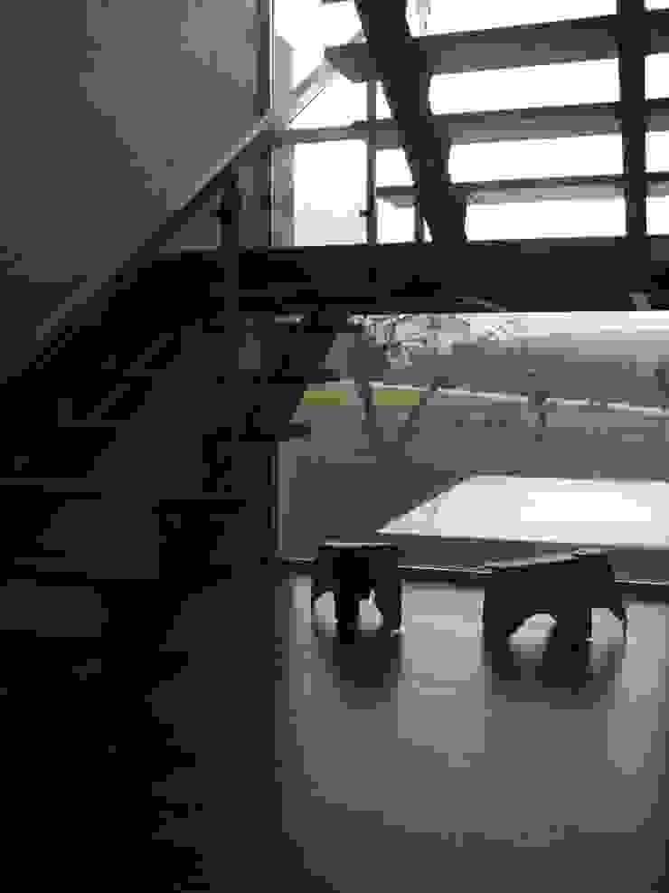Moradia A+LO Corredores, halls e escadas modernos por Space Invaders _ Arquitectura e Design Moderno