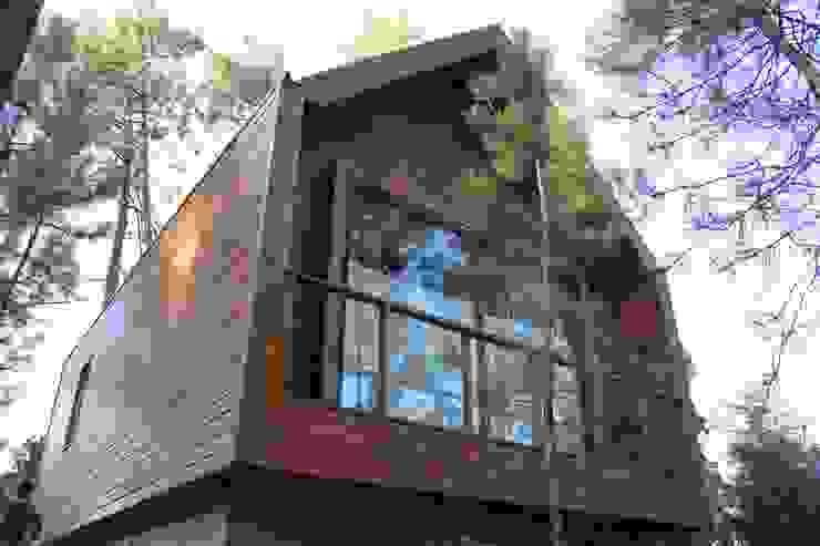 Case in stile rustico di NORMA | Nova Arquitectura em Madeira (New Architecture in Wood) Rustico Legno massello Variopinto