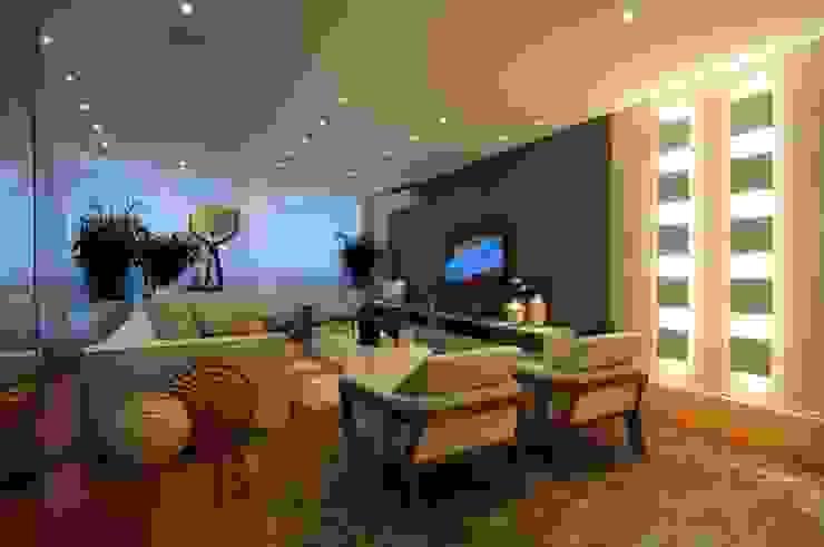 Iluminação destaca elegante projeto de apartamento no litoral paulista Guido Iluminação e Design Salas de estar clássicas