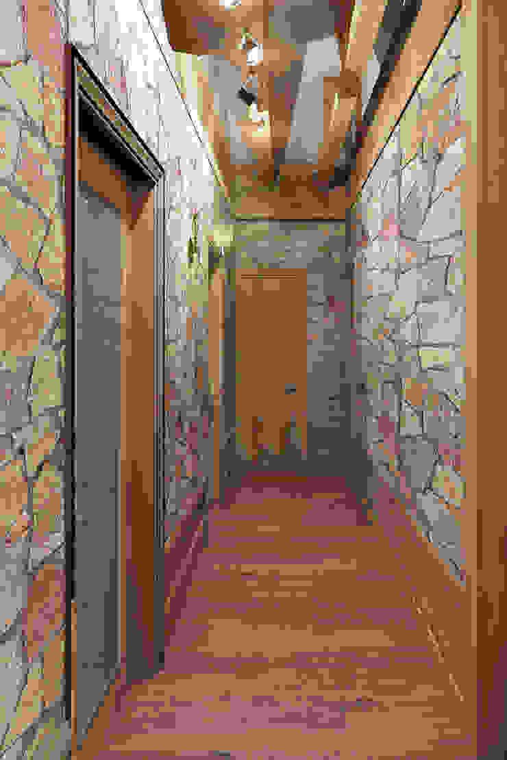 Коридор Коридор, прихожая и лестница в стиле лофт от Дизайн студия Жанны Ращупкиной Лофт Камень