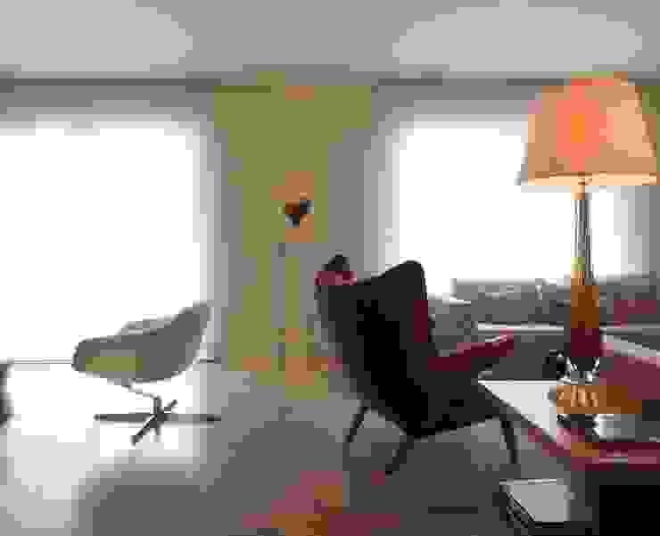 residência JAC Salas de estar modernas por Studio Marcio Michaluá Moderno