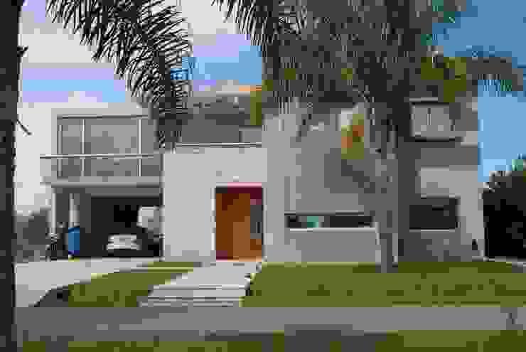 Rumah Modern Oleh cm espacio & arquitectura srl Modern