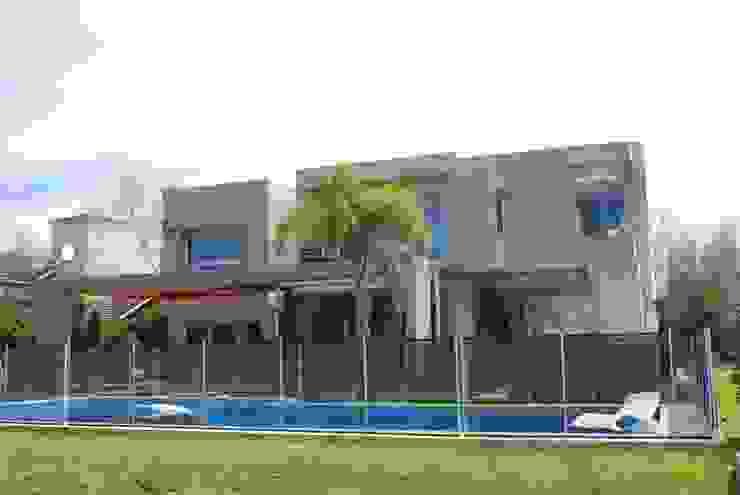 vivienda unifamiliar Piscinas de estilo moderno de cm espacio & arquitectura srl Moderno