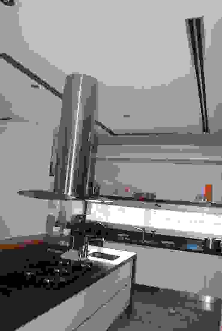 vivienda unifamiliar Cocinas de estilo moderno de cm espacio & arquitectura srl Moderno