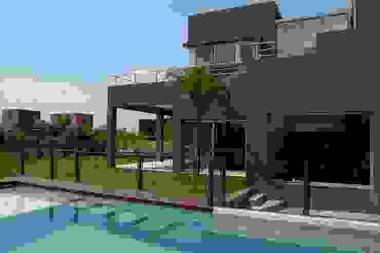 Albercas de estilo  por Remy Arquitectos, Minimalista