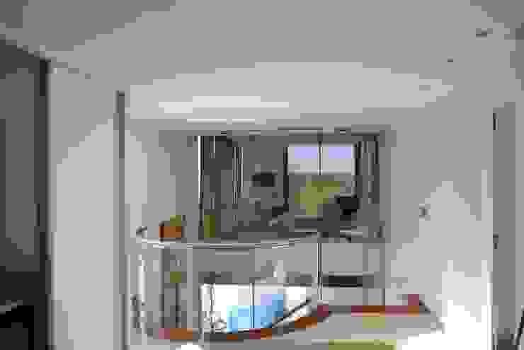 vivienda unifamiliar Pasillos, vestíbulos y escaleras de estilo moderno de cm espacio & arquitectura srl Moderno