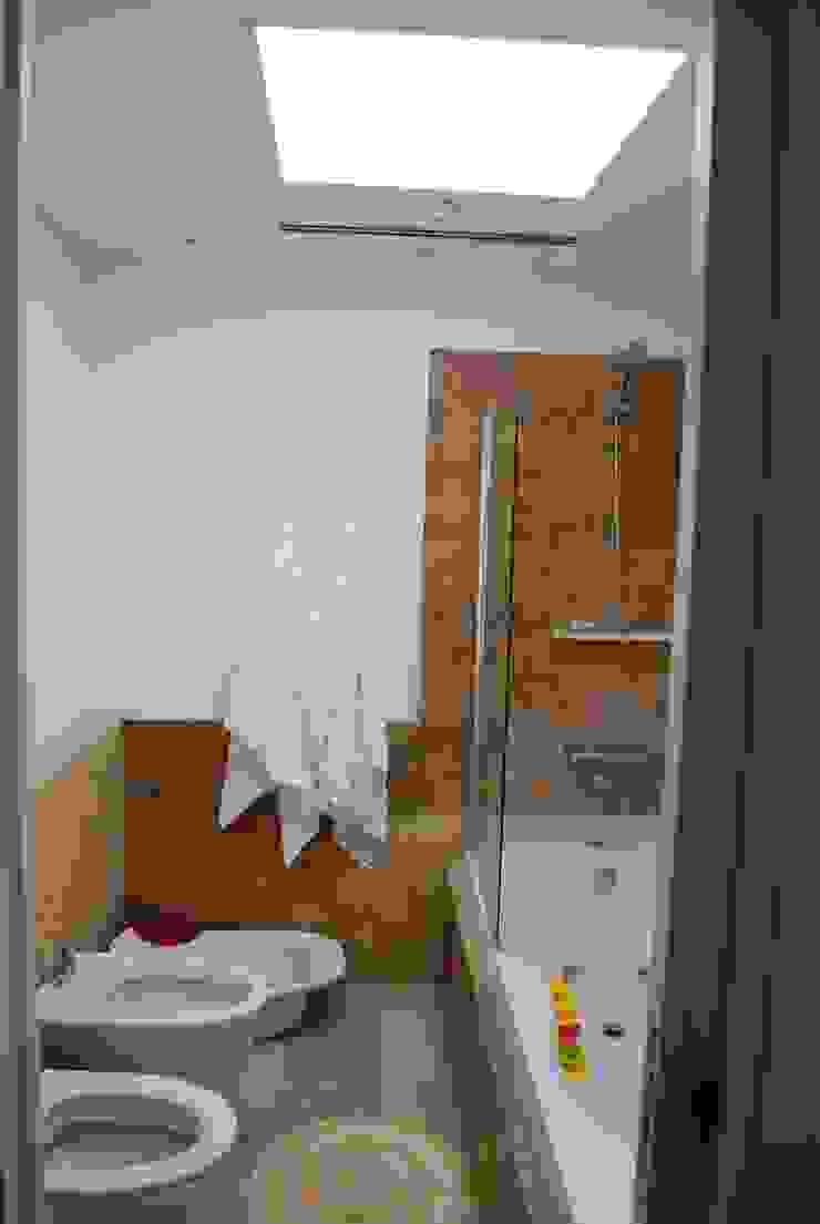vivienda unifamiliar Baños de estilo moderno de cm espacio & arquitectura srl Moderno