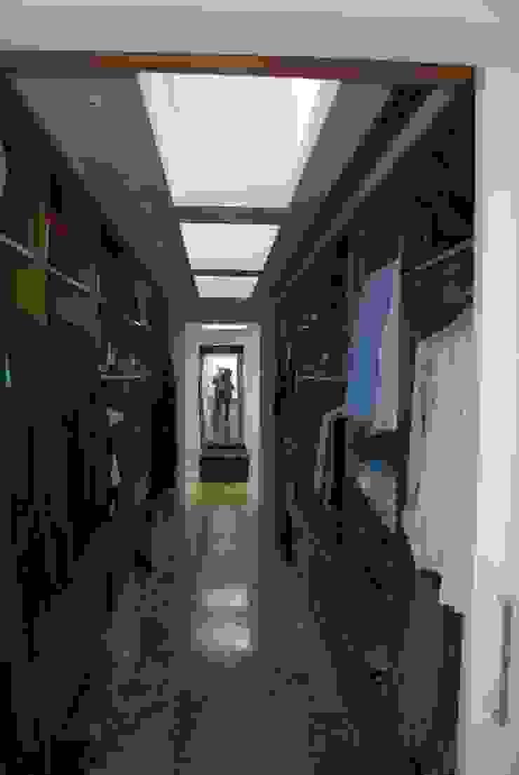 vivienda unifamiliar Closets de estilo moderno de cm espacio & arquitectura srl Moderno
