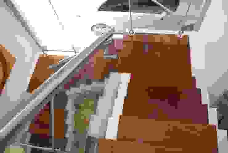 Pasillos, vestíbulos y escaleras de estilo moderno de cm espacio & arquitectura srl Moderno