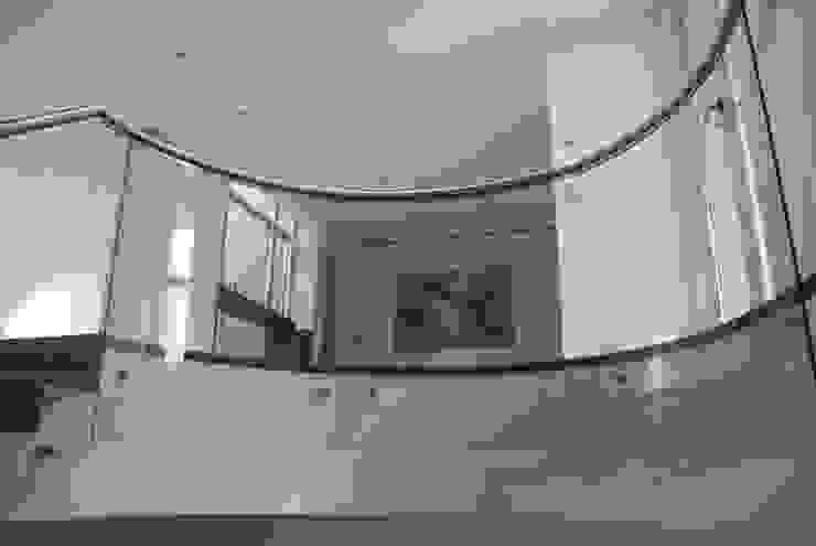 Balcones y terrazas de estilo moderno de cm espacio & arquitectura srl Moderno