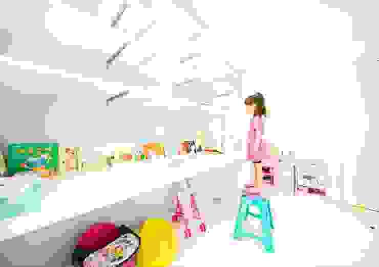 Cuartos infantiles de estilo  por ナイトウタカシ建築設計事務所,