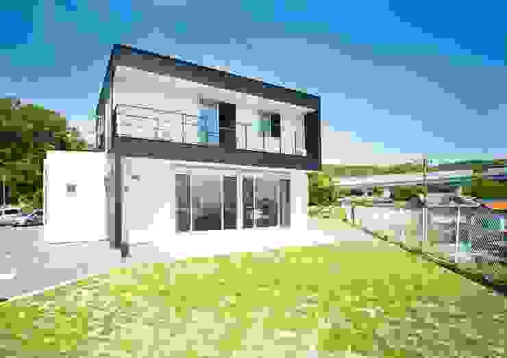 スタイリッシュな外観デザイン モダンな 家 の ナイトウタカシ建築設計事務所 モダン