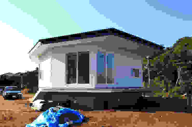 Under the Hat 佐久間達也空間計画所 Modern houses White