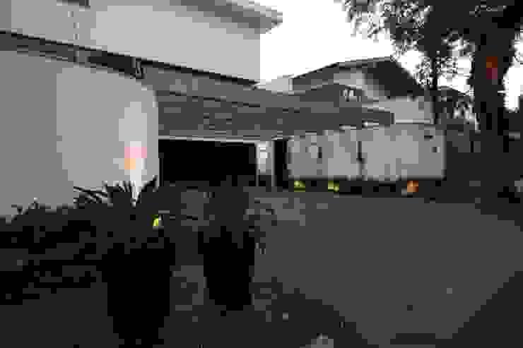 Fachada Garagens e edículas tropicais por HZ Paisagismo Tropical