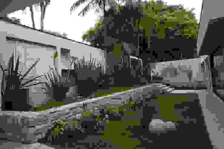 HZ Paisagismo Tropical style garden Stone