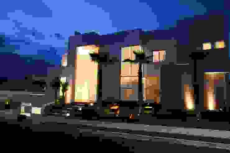 Fachada - luminotécnico Jardins tropicais por HZ Paisagismo Tropical
