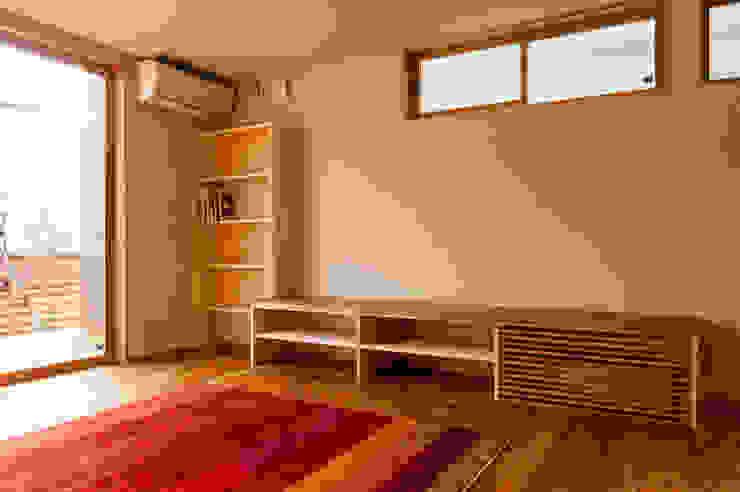 造り付け本棚・TVボード(床下エアコン収納含む) モダンデザインの リビング の 株式会社山口工務店 モダン
