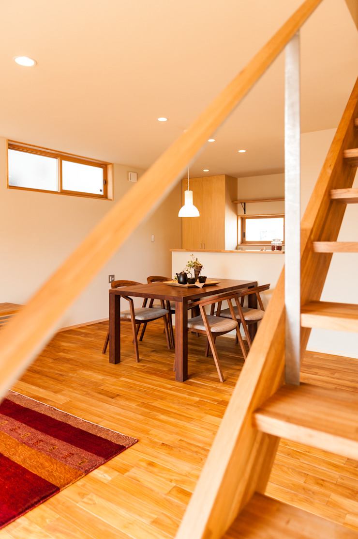 階段からダイニングを望む モダンデザインの ダイニング の 株式会社山口工務店 モダン