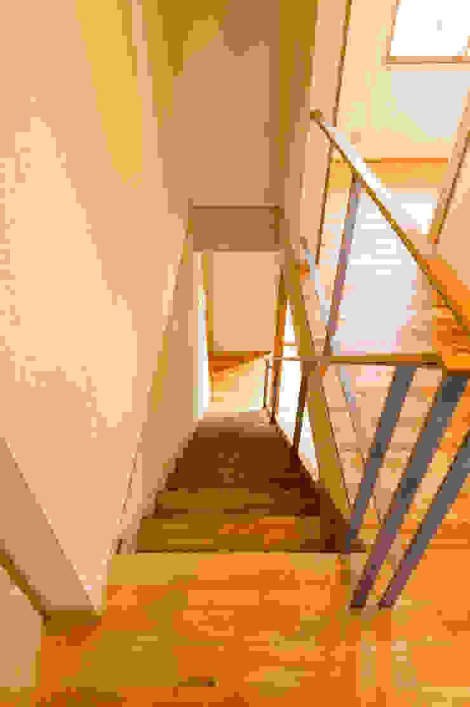 2階ホール・階段、スチール階段手摺 モダンスタイルの 玄関&廊下&階段 の 株式会社山口工務店 モダン