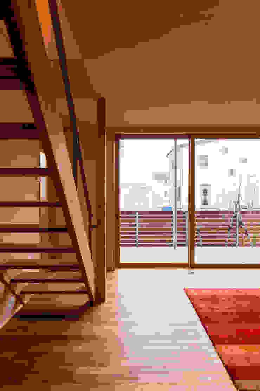 リビングからデッキを通じて屋外を望む モダンデザインの リビング の 株式会社山口工務店 モダン
