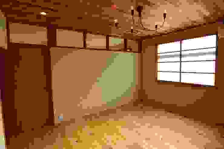 Chambre minimaliste par 阿部工務所 Minimaliste Bois Effet bois