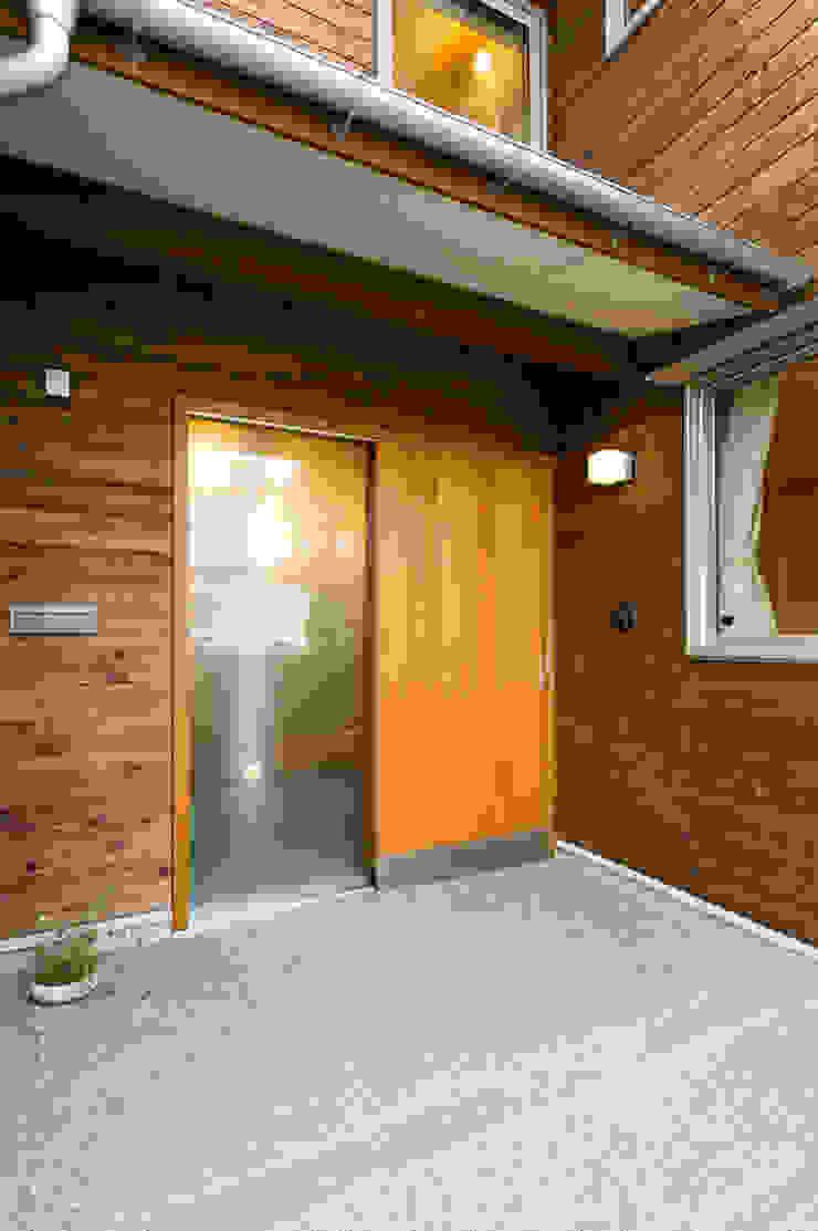 木製玄関引戸(断熱気密型) モダンな 窓&ドア の 株式会社山口工務店 モダン
