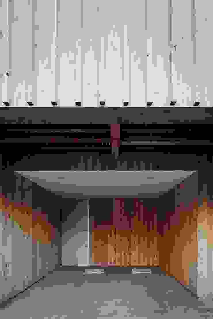 ディンプル建築設計事務所 Modern garage/shed Solid Wood Wood effect