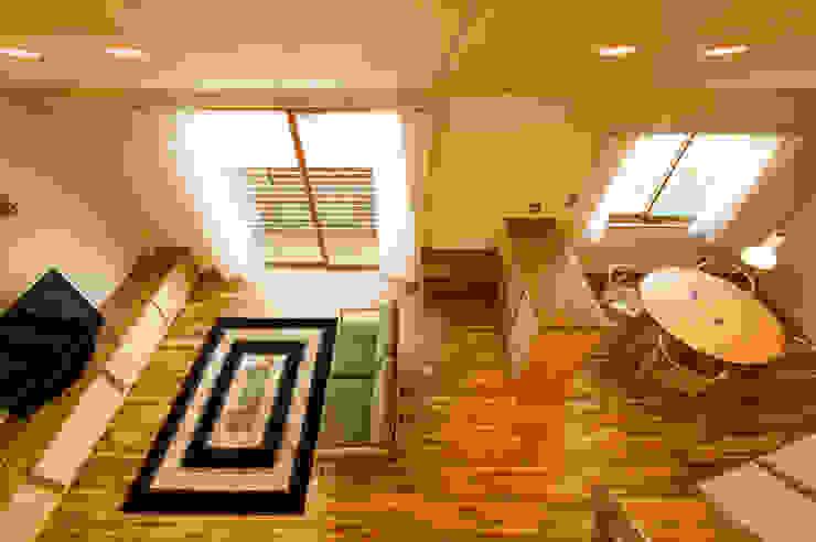 2階フリースペースからリビング・ダイニングを望む モダンデザインの リビング の 株式会社山口工務店 モダン
