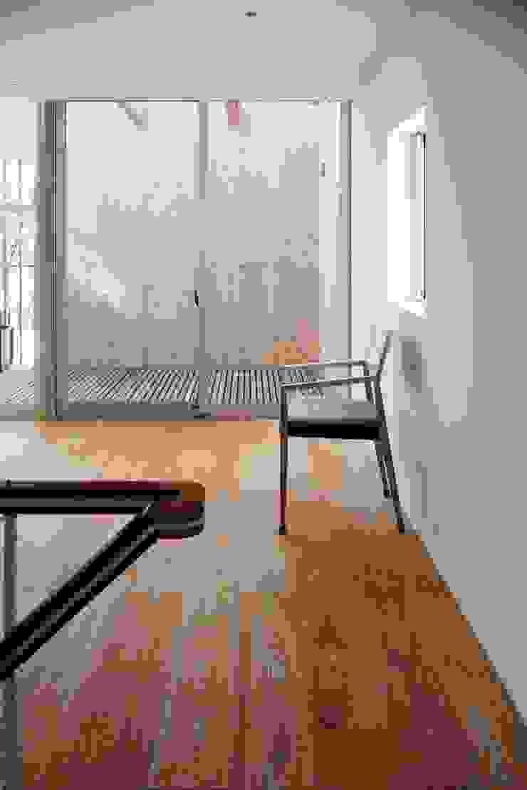 ディンプル建築設計事務所 Modern dining room Solid Wood Wood effect