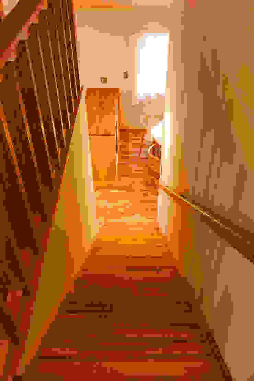 2階階段室から1階を望む モダンスタイルの 玄関&廊下&階段 の 株式会社山口工務店 モダン