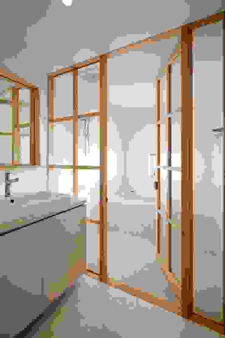 ディンプル建築設計事務所 Modern bathroom Tiles White