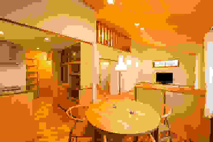 ダイニングからリビング・キッチンを望む モダンデザインの ダイニング の 株式会社山口工務店 モダン