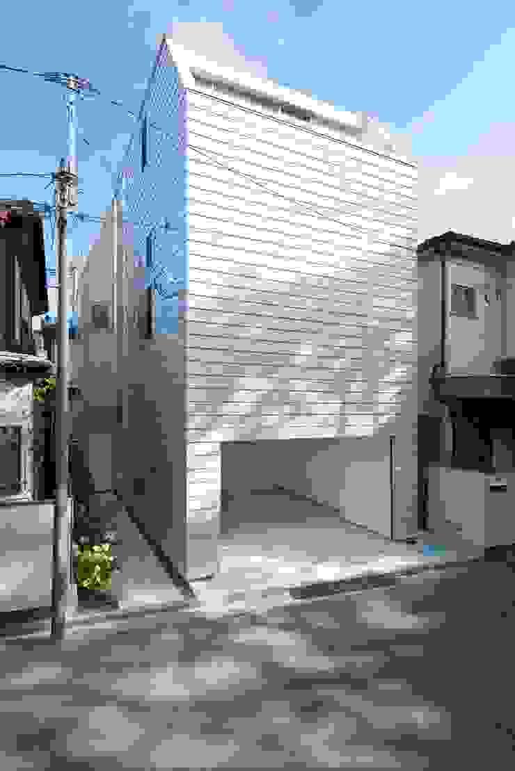 外へは閉じて、内部へ開いた建ちかた モダンな 家 の ディンプル建築設計事務所 モダン 鉄/鋼