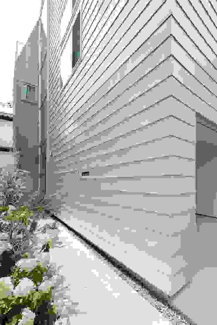 緑と石のアプローチ モダンな 家 の ディンプル建築設計事務所 モダン 石