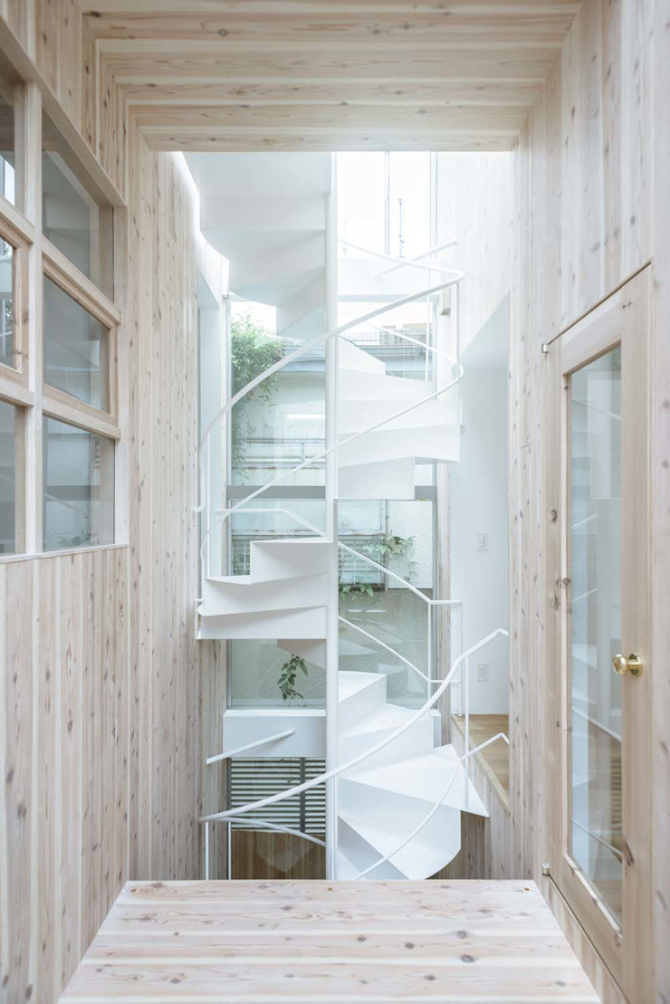 Modern Corridor, Hallway and Staircase by ディンプル建築設計事務所 Modern Solid Wood Multicolored