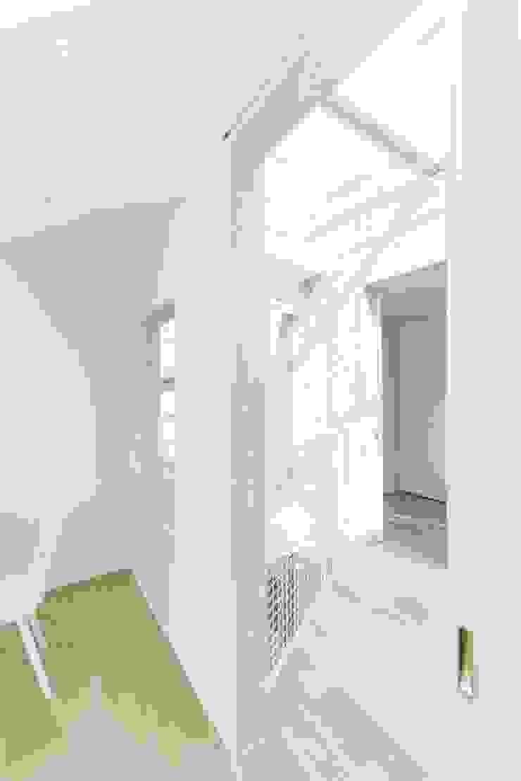 リビングとキッチンをつなぐ渡り廊下 モダンデザインの リビング の ディンプル建築設計事務所 モダン 砂岩