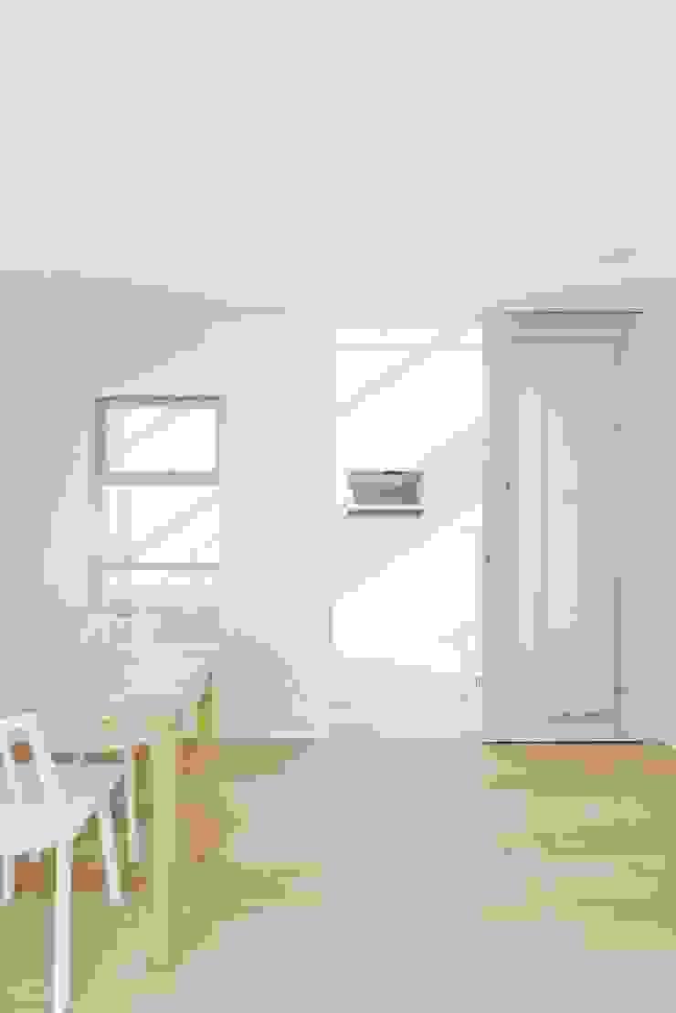 明るいリビング モダンデザインの リビング の ディンプル建築設計事務所 モダン 砂岩