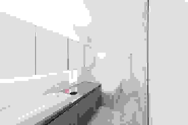 十和田石とウォールナットの洗面室 モダンスタイルの お風呂 の ディンプル建築設計事務所 モダン 石