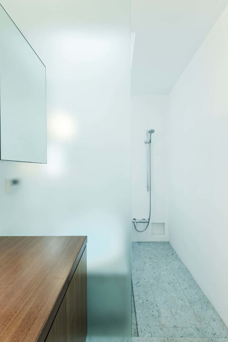 Modern style bathrooms by ディンプル建築設計事務所 Modern Glass
