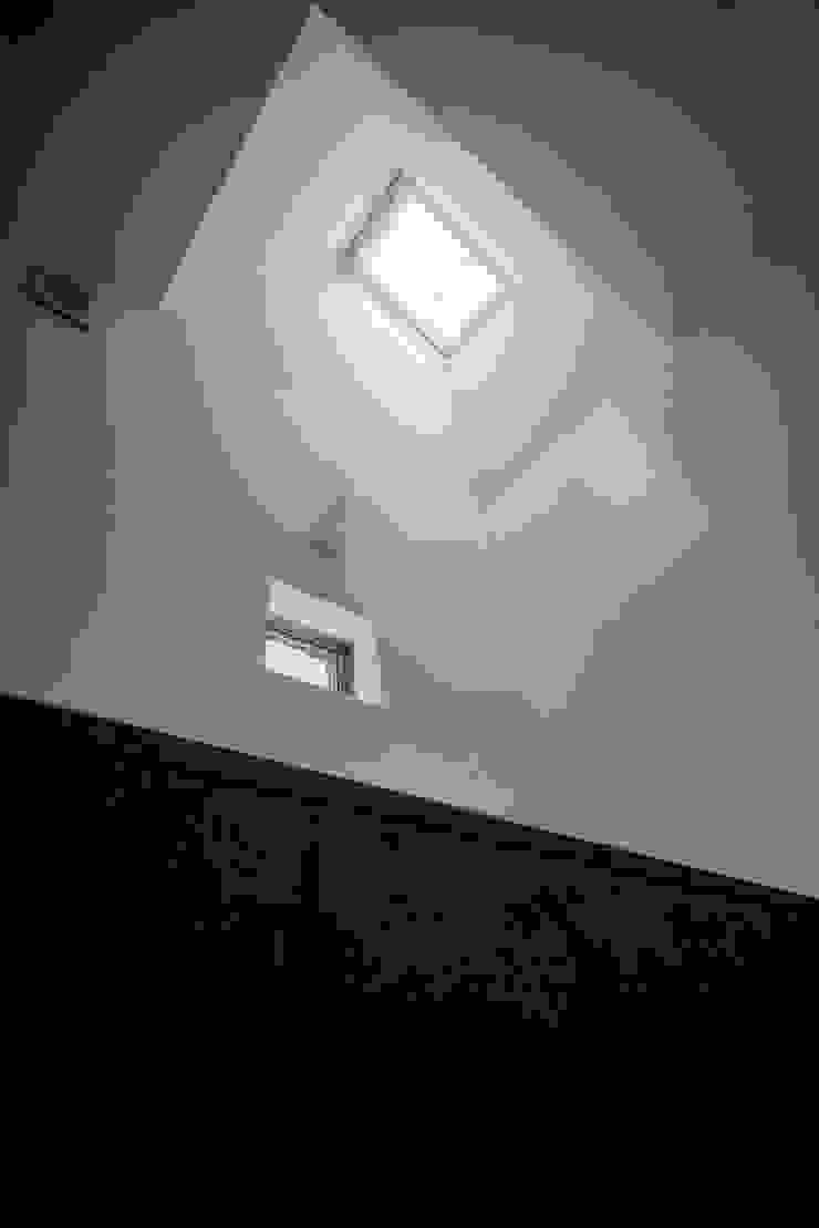バスルームトップライト モダンスタイルの お風呂 の ディンプル建築設計事務所 モダン 石