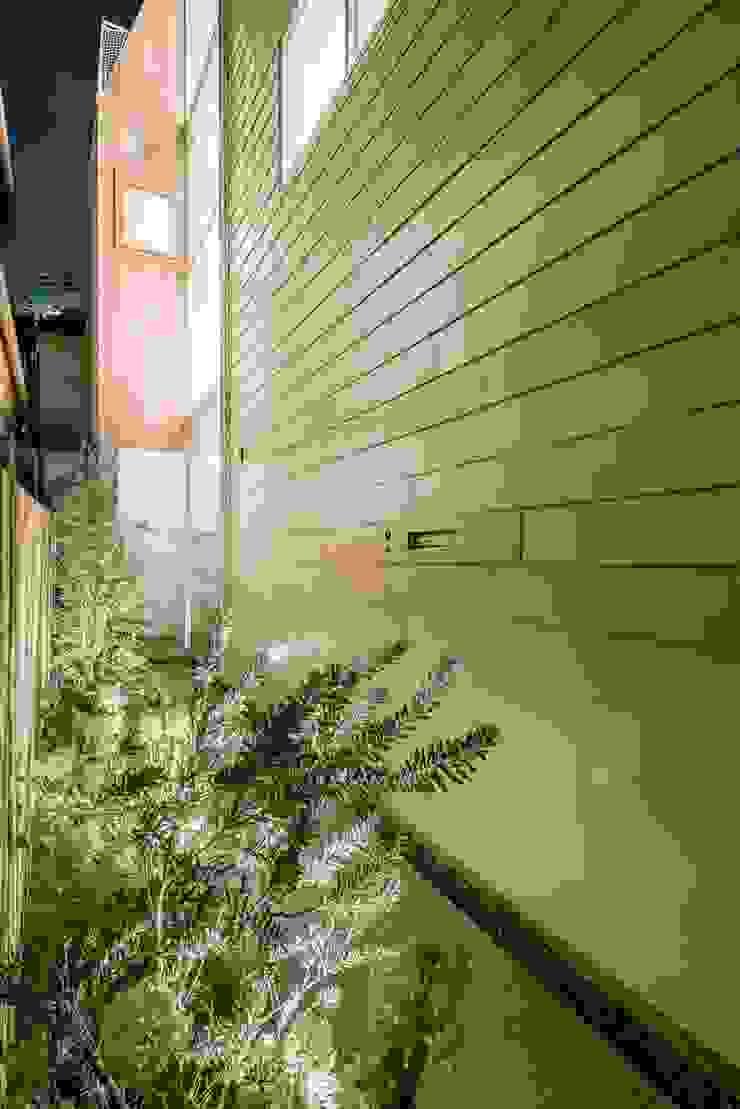 アプローチ夕景 モダンな 家 の ディンプル建築設計事務所 モダン 鉄/鋼
