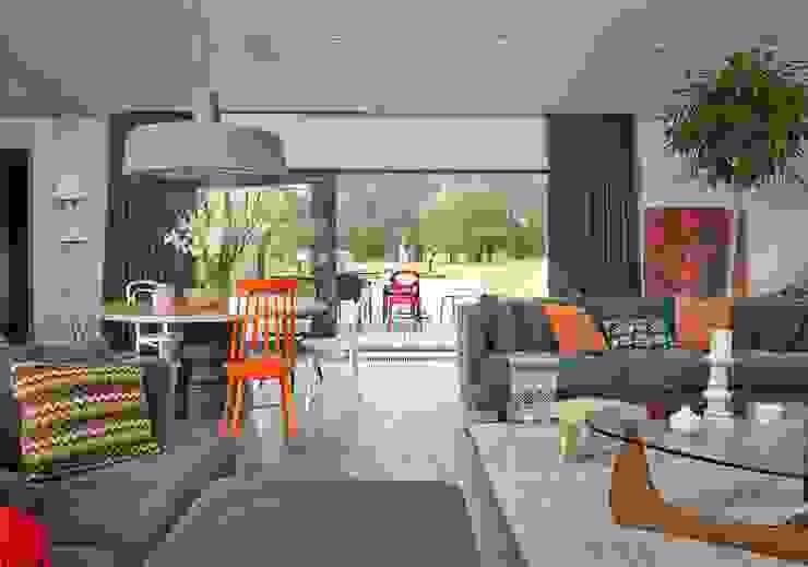 Salas de estar modernas por stando interior design Moderno