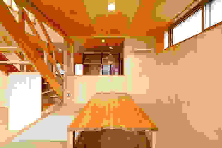 畳コーナー小上がり(ダイニング)からキッチンを望む モダンデザインの ダイニング の 株式会社山口工務店 モダン