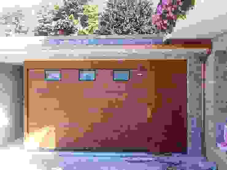 Galleria Realizzazioni Garage/Rimessa in stile moderno di DOORHAN ITALIA SRL Moderno
