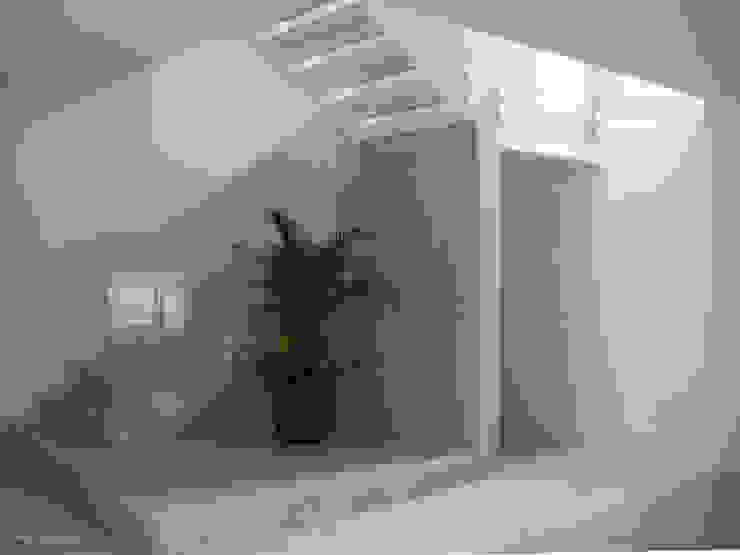 Urban House Ingresso, Corridoio & Scale in stile moderno di Studio Vivian Moderno