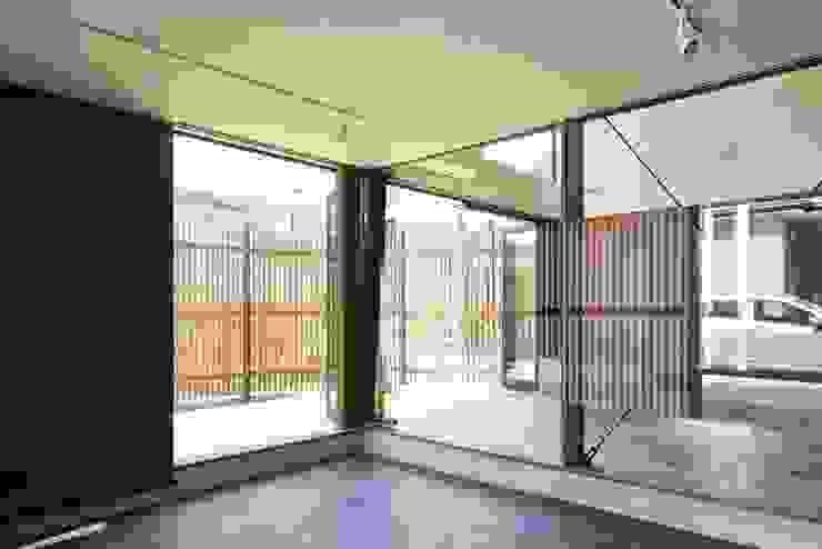 Nhà để xe/nhà kho phong cách hiện đại bởi 白砂孝洋建築設計事務所 Hiện đại